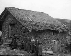 Trones(Cangas del Narcea)-Asturias.Años 20.Mujeres y niñas delante de una construcción .Muséu del Pueblu d' Asturies/Museo del Pueblo de Asturias.