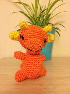 Dragon en peluche réalisé au crochet, entièrement fait main. Cet amigurumi de bébé dragon est un jouet mignon pour les filles et garçons.  Caractéristiques :  - fils de coton - hauteur : 11 cm - largeur : 9 cm dune corne à lautre - yeux de sécurité en plastique - rembourrage en polyester anti-allergique  Ce bébé dragon kawaii est un cadeau idéal pour les enfants qui peuvent sen servir de jouet ou de décoration mignonne pour leur chambre.  Si vous souhaitez commander ce dragon dans un autre…