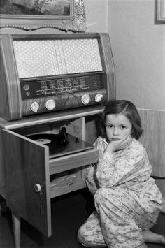 Tyttö kuuntelee äänilevyä 1950-luvulla. Kuva: Helsingin kaupunginmuseo/Jouko…