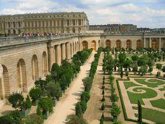 Het gigantische park omvat zo'n achthonderd hectare, waarvan driehonderd hectare bestaat uit bossen. De muur om het park is meer dan veertig kilometer lang. Het  terrein bestaat uit een Franse tuin, het dorpje 'Le Hameau de la Reine', de moestuin van de koning en twee paviljoens met lusthoven: Grand Trianon en Petit Trianon.