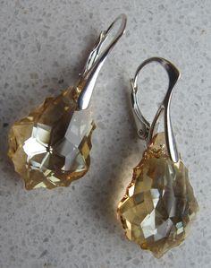 """Oorbellen met Swarovski kristal in de kleur """"Golden Shadow"""". Heel chique. Afgewerkt met massief zilveren klaphaken."""