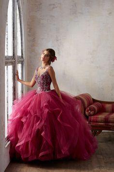 Biżuteryjny gorset na ramiączka sukni balowej VIZCAYA Asymetryczne falbany, tiulowej spódnicy. Gorset idealnie ukształtuje talię i wyeksponuje biust. Zdobiony koralikami … Quinceanera Dresses, Sweet 16, Mori Lee, Ball Gowns, Formal Dresses, Fashion, Debutante, Dress, Dream Dress