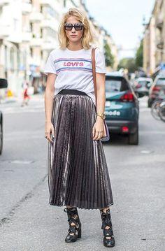 Street style look with metallic pleated skirt. Fashion Days, Girl Fashion, Autumn Fashion, Fashion Looks, Fashion Design, Fashion Trends, Moda Fashion, Street Fashion, Mode Inspiration