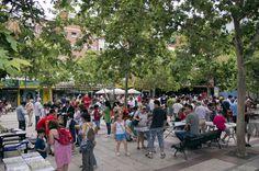 Los domingos por la mañana la plaza de Quintana, donde estamos ubicados, se transforma en el mercadillo de cromos más importante de Madrid