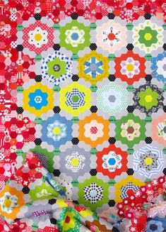 My Pandemic Quilt - Grandmother's Flower Garden Quilt © Red Pepper Quilts 2020 Quilting Projects, Quilting Designs, Hexagon Quilt, Hexagons, International Quilt Festival, Traditional Quilts, English Paper Piecing, Antique Quilts, Quilt Making