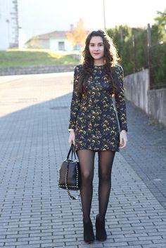 Vestido corto manga larga medias negras y botines