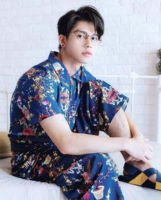 ♡♡💕2gether the series  🌹Vì chúng ta là một đôi🌹  Sarawat  ❤ Tine  🌹Bright Vachirawit  ❤ Win Metawin 💕 Bright Wallpaper, Bright Pictures, Straight Guys, Bright Eyes, Creative Portraits, Korean Men, Handsome Boys, Pretty People, How To Look Better