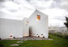 Construido en 2014 en Tlajomulco de Zúñiga, México. Imagenes por Fabrica de Arquitectura (Miguel Valverde Hernández y Helmer Murayama Caro). El proyecto, esta conformado por dos etapas, la primera de 195m2, la segunda de 25m2 para completar un total de 220m2, sobre un terreno de 390m2, El...