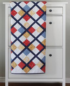 Preppy Patchy Argyle Quilt | Try making this beautifully classic quilt for summer!