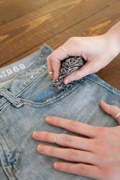 How to make Jeans into Shorts - pinning this because I have the hardest time getting my cut off shorts evenly. How To Make Jeans, How To Distress Jeans, Denham Jeans, Diy Shorts, Diy Jeans, Diy Tattered Jeans, Artisanats Denim, Diy Vetement, Cut Off Jeans