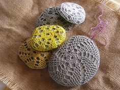 spiraal met vissersgaren lijkt me erg mooi!!  Ravelry: Project Gallery for Little Urchin Crochet Covered Sea Stones pattern by Margaret Oomen