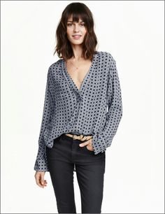 The revival of the Blouse is here, no longer seen as a part of your work wardrobe or something found in your Nanas wardrobe, they have definitely become a daily staple. In the last few seasons we . Trends 2018, Latest Trends, Blouse Ample, Classic White Shirt, Chiffon, Work Chic, Shirt Blouses, Shirts, V Neck Blouse