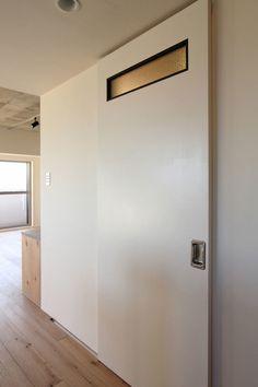 富士見ヶ丘マンションリノベーション、マンションリノベーション事例。空間に 溶け込む グレー。モルタルが 印象的な このお家。  白をベースとした やさしい空間の中に、モルタルのグレーカラーが溶け込み、 アイアンの黒色や シルバーなども 馴染みやすい空間になりました。  洗面室は コンパクトながらも、水栓やタイル、金物にもこだわり、 心地良い時間を過ごせる 工夫が行き届いています。  新しく造作した 2枚の扉は、取っ手部分に車輛の部品を使うなど リノベーションならではの 遊び心をプラス。