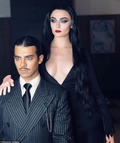 Joe Jonas and Sophie Turner transform into Gomez and Morticia Addams for Halloween Adams Family Kostüm, Adams Family Halloween, Soirée Halloween, Couples Halloween, Last Minute Halloween Costumes, Pop Culture Halloween Costume, Halloween Outfits, Halloween Costumes Wednesday Adams, Adams Family Morticia
