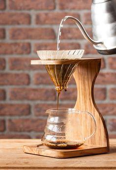 Un kit Hario en verre avec support en bois 0 6 9 7 9 Coffee Dripper, V60 Coffee, Coffee Cafe, Coffee Drinks, Coffee Stands, Coffee Accessories, Coffee Corner, Diy Holz, Coffee Break