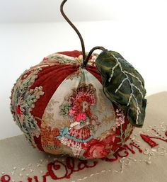 Beautiful examples of embroidery, lots of inspiration and pincushions! From fiberluscious: Gallery