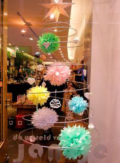 """Ook in etalage's zie je ze steeds meer,... de Kerst \Spiraal van de Tuinfee. In dit geval in de winkel van """"de wereld van Jansje.""""Maar we weten ook van kinderkleding winkels, sieraden winkels  of bijouterie shops Foto's van klanten van www.detuinfee.nl"""