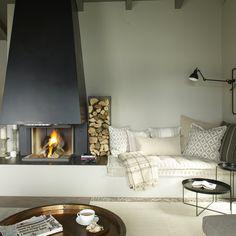 Un salon naturel avec cheminée