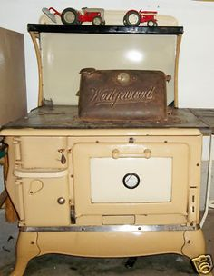 Wedgewood Cast Iron Cook Stove - I have one similar to this in white thatbwas my grandparents. Antique Kitchen Stoves, Antique Wood Stove, How To Antique Wood, Vintage Kitchen, Wood Burning Cook Stove, Wood Stove Cooking, Cooking Pork, Cooking Games, Cooking Turkey