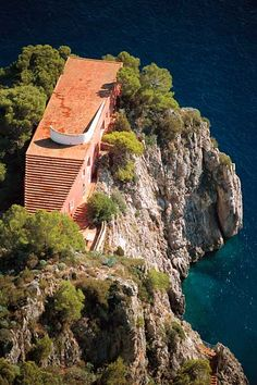 """""""Villa Malaparte, anche nota come Casa Malaparte, è un'abitazione privata situata nell'isola di Capri su un irto e stretto promontorio roccioso, che sembra sorgere dal mare. Progettata da Adalberto Libera, è considerata uno dei capolavori dell'architettura moderna, rappresentando un meraviglioso esempio di integrazione tra modernità razionalista e ambiente naturale."""""""
