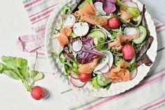 Kitchen story | �edkvi�kov� sal�t s uzen�m lososem | http://www.kitchenstory.cz