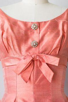Vintage raw silk coral pocket dress with pretty details! Vintage Fashion 1950s, Mode Vintage, Retro Fashion, Womens Fashion, Vintage Style, Vintage Clothing Online, Online Clothing Stores, Image Fashion, Fashion Details