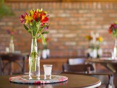 Hoje postei algumas sugestões para centro de mesa com garrafas de vidro. Ficam belíssimos e você mesmo pode fazer. Inspire-se!
