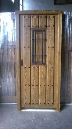 puerta rustica con detalle ventanillo grande para mas luminosidad y barnizada en nogal medio