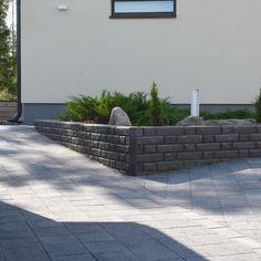 Pihakivetys jossa käytetty kahta erikokoista kiveä citylaattaa ja pihakiveä. Käy tutustumassa lukuisiin pihakivi vaihtoehtoihin www.lakka.fi #pihasuunnittelu #pihajapuutarha #kivitalo #pihakivetys Sidewalk, Side Walkway, Walkway, Walkways, Pavement