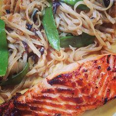 mememoniq: Saumon caramélisé aux pâtes et légumes asiatiques #saumon #poisson #pâtes #légumes #cuisine #food #homemade #faitmaison #yummy #cooking #eating #french #foodpic #foodgasm #instafood #instagood http://ift.tt/1jyUEXf
