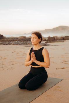 Unsere Yoga-Leggings Shakti und unser Yoga-Bustier Sundari sind das perfekte Yoga-Outfit für eine entspannte Einheit am Strand oder an jedem anderen Ort, an dem Du Dich wohlfühlst. Du kannst es auch als Sport-Outfit nutzen oder zur Meditation tragen. Foto IG: Foto: @visuellerzucker Model IG: @malindkate #yogaoutfit #yogaleggings #yogaoberteil #yogainspiration #Yogamode #ecofriendly #yogainspiration #fairfashion #ecofriendlyfashion #nachhaltig #sustainablefashion Yoga Outfits, Bustiers, Yoga Inspiration, Yoga Mode, Pose, Sport Outfit, Models, Workout, Yoga Leggings