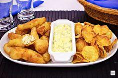 Se você quer inovar e servir algo muito gostoso para suas visitas, o prato fish and chips é ideal para preparar e ainda acompanha molho tártaro!
