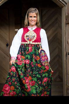 Bilderesultat for skjælingsdrakt Norwegian Clothing, Folk Embroidery, Going Out Of Business, Bridal Crown, Folk Costume, Norway, Sweden, Dress Up, Mens Fashion