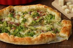 Torta di sfoglia filante con broccoli e pancetta ricetta molto appetitosa e facilissima da preparare,tre soli ingredienti di ottima qualità per realizzare...