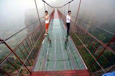 Kínai délkeleti tartományában, Hunanban, Pingjiang megyében épült fel az a 300 méter hosszú üvegpadlós függőhíd, mely egy 180 méter mély völgy felett vezet át. A félelmetes látvány mellett a híd lengése is ijesztő lehet, ugyanis ha fúj a szél, a híd mozogni kezd. Akik át mernek menni rajta, azoknak bizonyára különleges élményben lehet részük. - See more at: http://www.erdekesvilag.hu/kulonleges-uvegpadlos-fuggohidat-adtak-at-kinaban/#sthash.l4fuRL9j.dpuf