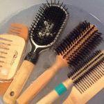 Come pulire spazzole e pettini Dopo averle liberate dai capelli in eccesso, riempiamo una ciotola d'acqua tiepida tendente più al caldo, mezza tazzina di bicarbonato di sodio e del sapone neutro. Lasciatele in ammollo almeno un'ora, dopo di che mettetele ad asciugare su un panno all'aria aperta con le setole rivolte verso l'alto. Se le setole sono in legno, utilizzate solo acqua calda e succo di limone.