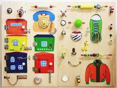 Бизиборд — развивающая доска для детей, которая содержит много различных кнопочек, замочков, щеколд, прищепочек и прочих предметов, которые могли бы заинтересовать малыша в доме. За один вечер можно смастерить такую игрушку-тренажер для ребенка! Эта доска поможет развивать мышление, логику, сообрази