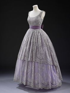 Evening Dress Jacques Fath, 1957 The Victoria Albert Museum. If I turned into Cnderella this would be a great dress. Jacques Fath, Vintage Outfits, Vintage Gowns, Vintage Clothing, Pretty Outfits, Pretty Dresses, Beautiful Outfits, Beautiful Models, Retro Mode