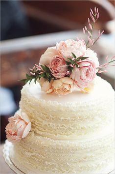 bolo_casamento_cobertura_babados_frufru_ruffled_cake_decorad_flores_peonias