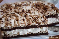 """""""Variety is the soul of pleasure"""" (Aphra Behn) """"Verdens Beste"""" (også kalt """"Kvæfjordkake"""") er en av Norges aller mest populære kaker, som faktisk kan varieres på flere forskjellige måter. Du finner allerede fra før mange varianter av kaken her på www.detsoteliv.no. Dette er kanskje den aller mest spennende varianten jeg har smakt! En HELT VIDUNDERLIG GOD sjokoladekakevariant av """"Verdens Beste""""! I stedet for den tradisjonelle, lyse kakebunnen er det her myk sjokoladekake som dekkes med marengs… Meringue Pavlova, Baking Cupcakes, Let Them Eat Cake, Cake Cookies, Tiramisu, Food And Drink, Sweets, Snacks, Ethnic Recipes"""
