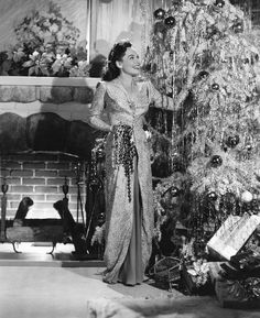 Paulette Goddard decorating her Christmas tree | 1940 | #vintage #1940s #christmas