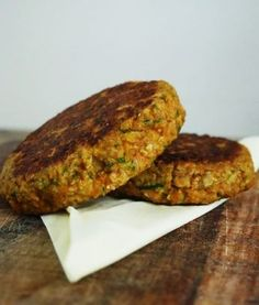 vegetable burgers with carrot and zucchini paleo lunch work- groenteburgers met wortel en courgette paleo lunch werk vegetable burgers with carrot and zucchini paleo lunch work - Vegetarian Recepies, Healthy Recepies, Veggie Recipes, Cooking Recipes, Vegan Diner, Paleo Burger, Tapas, Good Food, Yummy Food