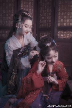 微博 Chinese Traditional Costume, Traditional Dresses, Chinese Drawings, Chinese Art, European Dress, Beautiful Film, Chinese Clothing, Couple Outfits, Asia Girl