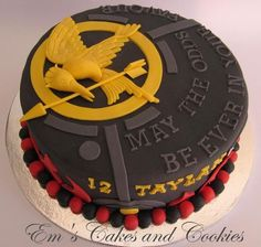 The Hunger Games Cake- I'd add luster dust to the mockingjay pin. this cake ---> awesome Hunger Games Cake, Hunger Games Party, Hunger Games Trilogy, Teen Cakes, Cake Central, Crazy Cakes, Cake Toppings, Creative Cakes, Amazing Cakes