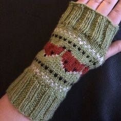 Ravelry: Pulsvarmere med rever/ Fox wristwarmers pattern by MaBe Knitted Gloves, Fingerless Gloves, Wrist Warmers, Mittens, Ravelry, Knit Crochet, Fox, English, Knitting