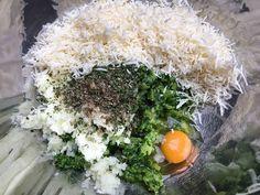 A hagymát, fokhagymát összevágjuk, egy nagy tálba rakjuk. Lereszeljük a sajtot és azt is a tálba rakjuk. Falafel, Fritters, Grains, Rice, Vegetables, Food, Bulgur, Beignets, Essen