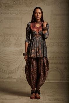 Tarun Tahiliani of Amrita Sher-gil's fall/winter collection, according to Elle India clothing indian Aellagirl India Fashion, Ethnic Fashion, Asian Fashion, Indian Fashion Modern, Tokyo Fashion, Fashion Goth, London Fashion, Street Fashion, Tarun Tahiliani