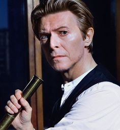 Night night. 😌 I find this photo mesmerising. The difference between his eyes looks beautifully exaggerated. ✨ Hope you've all had a good day and sleep well. 💤😴💤 #David #DavidBowie #Bowie #RIPDavidBowie #TheNextDay #TheStarsAreOutTonight #ValentinesDay #Starman #ThankYou #TheManWhoFellToEarth