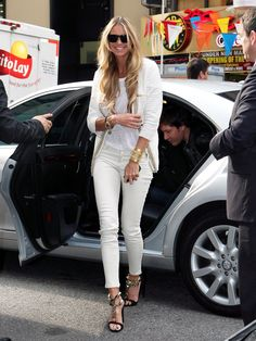 You may have seen Sienna Miller's eclectic street looks plastered all over publications and for great reason. Many style critics admire her style on and off the red carpet. Elle Fashion, Hollywood Fashion, Look Fashion, Fashion Design, Fashion Tips, Elle Macpherson, All White Outfit, Diana Vreeland, Evening Outfits