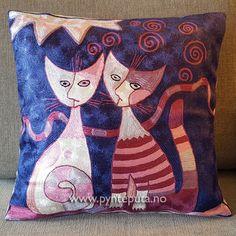 Pynteputa - Katt Rosa. Putetrekket er brodert med kjedesting og har et tøft og stilig design med et fargerikt, abstrakt kattemotiv. Det abstrakte uttrykket og bruken av spennende farger skaper en spennende detalj i interiøret ditt. Fargene i denne puten er dyp blå bakgrunn med elementer i sølv, beige, sort og ulike varianter av rosa. Fra nettbutikken www.pynteputa.no #pyntepute #pynteputer #pynteputa #farger